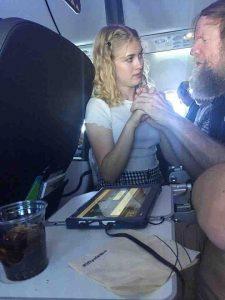 15-jährige Clara praktiziert taktile Gebärden mit dem Flugzeuggast